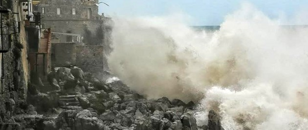 Mare in burrasca e vento forte a Cefalù