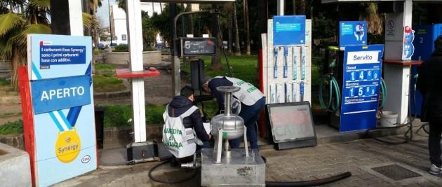 La Guardia di Finanza sequestra un distributore di carburante con olio lubrificante di contrabbando