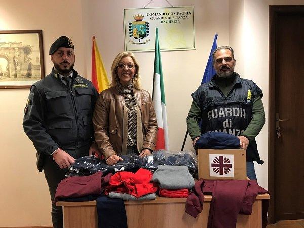 I finanzieri di Bagheria donano alla Caritas capi d'abbigliamento confiscati