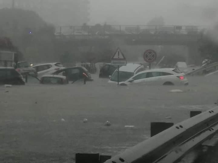 Nubifragio si abbatte su Palermo: blackout, strade allagate ed automobilisti che escono a nuoto dalle vetture