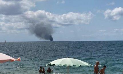 A fuoco un barcone con migranti a bordo: possibili vittime